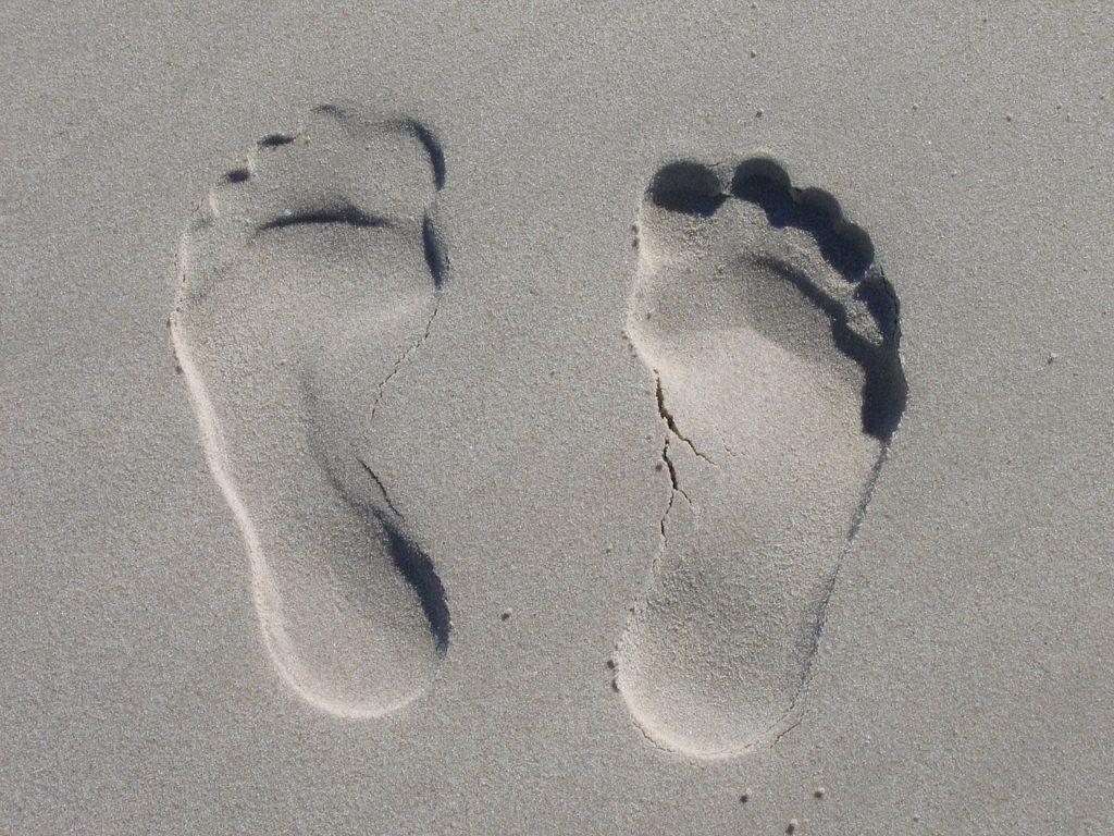 砂浜に出来た足跡