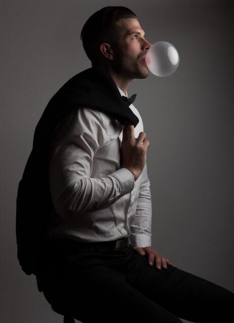 ガムを噛んでいる人