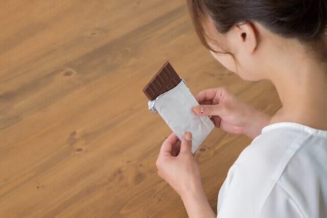 チョコレートを食べようとする女性