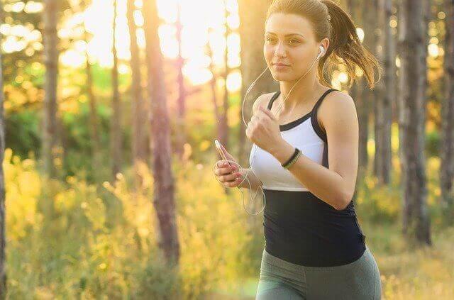 イヤホンを聴きながら運動