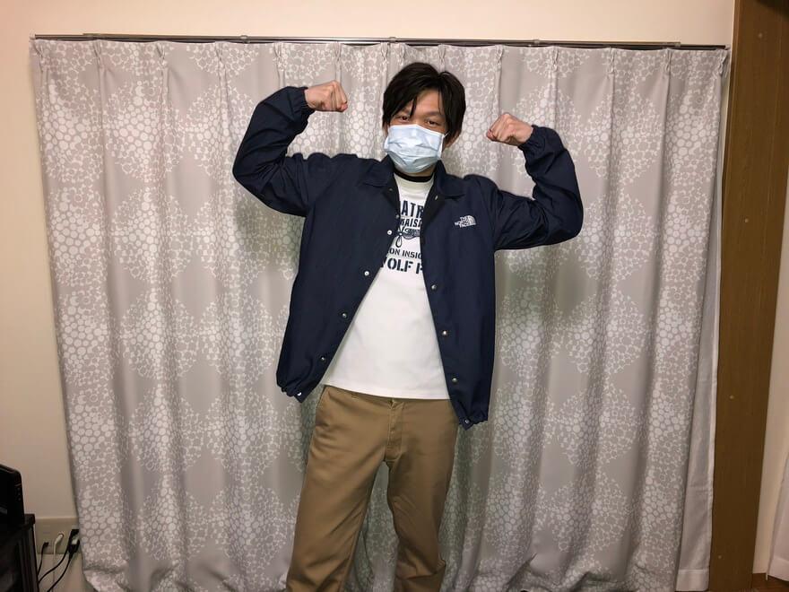 ノースフェイスのGTXデニムコーチジャケットを着て動く(前)