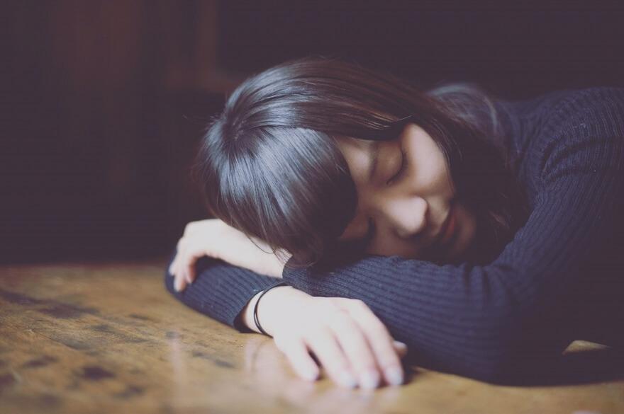 長時間の昼寝で太る理由